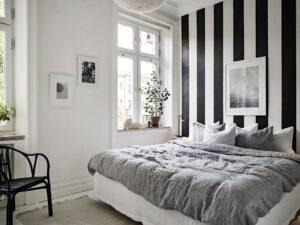 Mur blanc et papier peint rayé